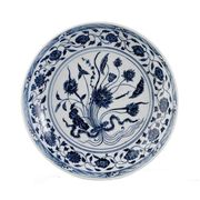 A BLUE AND WHITE CHARGER DISH, YONGLE PERIOD (1403-1424)]