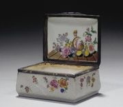 AN 18TH CENTURY CHINESE PORCELAIN SNUFF-BOX AND COVER, WITH EUROPEAN SILVER MOUN