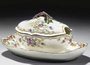 AN 18TH CENTURY MENNECY SOFT-PASTE PORCELAIN SUGAR BOWL WITH ATTACHED-STAND AND